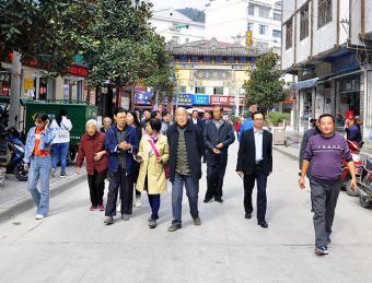 汉滨区人大组织退休干部观景赏心