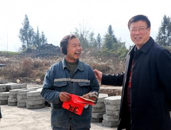 情暖新春:李森文、李天宁慰问大竹园镇困难群众